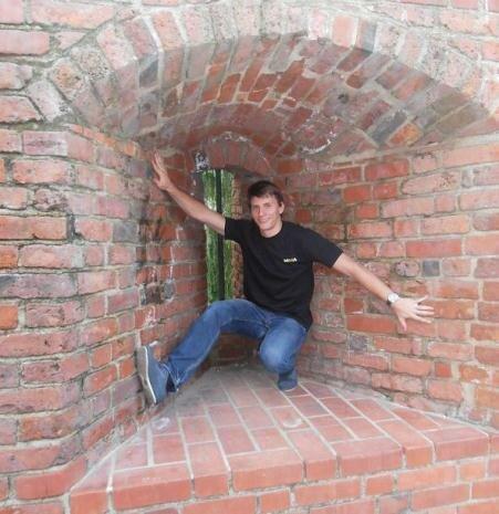 Вадим ломает стену